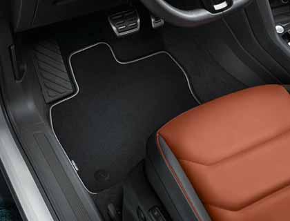 Alfombrilla textil delantera y trasera, negro, Premium con inscripción, volante a la derecha